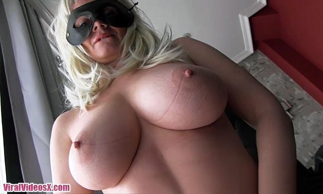 Anonimas Merce En brazos de la mujer madu...