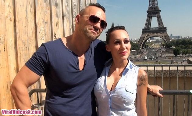 Jacquie et Michel TV Lena avec un fan au pied de la tour Eiffel