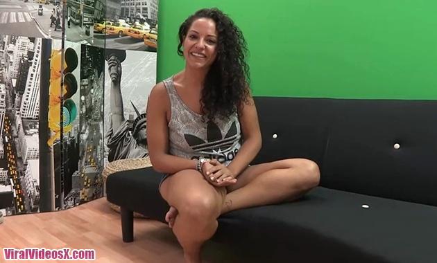 Una chica que viene a debutar en el porno...